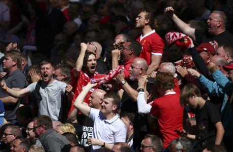 Οπαδοί της Λίβερπουλ πανηγυρίζουν τη νίκη ενάντια στη Γουλβς για την Premier League 2019-2020 στο 'Άνφιλντ', Λίβερπουλ, Κυριακή 12 Μαΐου 2019