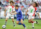 """Ο Μάικλ Όουεν ανάμεσα στον Χάβι Ναβάρο (δεξιά) και τον Σέρχιο Ράμος, σε ματς της Ρεάλ Μαδρίτης με τη Σεβίγια το 2005 στο """"Σαντιάγο Μπερναμπέου""""."""