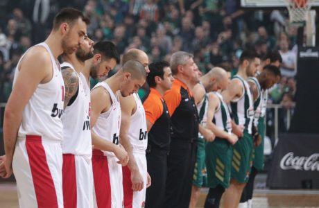 Οι παίκτες του Ολυμπιακού και του Παναθηναϊκού παραταγμένοι στο κέντρο του γηπέδου