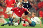 Ο Πάβελ Νέντβεντ της Τσεχίας μονομαχεί με τον Ντμίτρι Χοχλόφ της Ρωσίας για τη φάση των ομίλων του Euro 1996 στο 'Άνφιλντ', Λίβερπουλ, Τετάρτη 19 Ιουνίου 1996