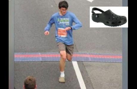 Έτρεξε μαραθώνιο φορώντας τα πιο απίθανα παπούτσια