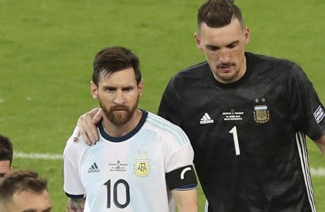 Λιονέλ Μέσι και Φράνκο Αρμάνι μετά το 1-1 της Αργεντινής με την Παραγουάη