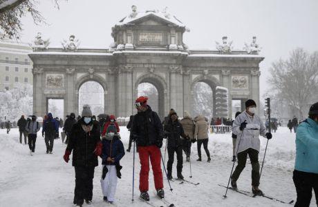 Με παγοπέδιλα και μπαστούνια του σκι γίνονταν οι μετακινήσεις στη Μαδρίτη μέσα στο σαββατοκύριακο!