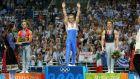 Ο Δημοσθένης Ταμπάκος κατά την απονομή του χρυσού μεταλλίου που κατέκτησε τον τελικό των κρίκων της ενόργανης γυμναστικής για τους Ολυμπιακούς Αγώνες 2004, στο Ολυμπιακό Κλειστό Γυμναστήριο του ΟΑΚΑ, Κυριακή 22 Αυγούστου 2004