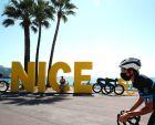 Γάλλος ποδηλάτης φορώντας προστατευτική μάσκα, στους δρόμους της Νίκαιας, από όπου θα εκκινήσει ο φετινός Γύρος Γαλλίας.