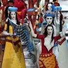 Ερμηνευτές ντυμένοι και ζωγραφισμένοι με ιστορικές και παραδοσιακές στολές παρελαύνουν κατά την τελετή έναρξης των Ολυμπιακών Αγώνων 2004, Ολυμπιακό Στάδιο, Παρασκευή 13 Αυγούστου 2004