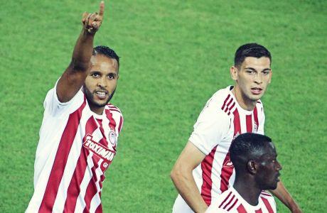 O Γιουσέφ Ελ Αραμπί πανηγυρίζει το γκολ που πέτυχε με εύστοχη εκτέλεση πέναλτι για το 1-0 του Ολυμπιακού επί του Αστέρα
