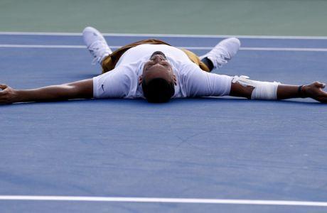 Ο Νικ Κύργιος ξαπλώνει στο κορτ μετά από τη νίκη του επί του Ντανίιλ Μεντβέντεβ στον τελικό του Citi Open 2019, Ουάσιγκτον, Κυριακή 4 Αυγούστου 2019