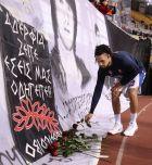 Ο Ντάνιελ Χάκετ αγαπήθηκε από τους οπαδούς του Ολυμπιακού. Εδώ καταθέτει λουλούδια στη μνήμη των θυμάτων της Θύρας 7