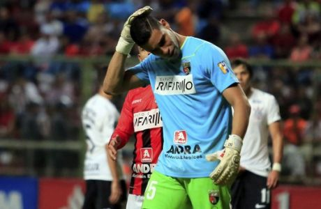 Venezuela's Deportivo Lara's goalkeeper Luis Curiel reacts after being hit by a bottle thrown by a spectator during during a Copa Libertadores soccer match against Brazil's Corinthians in Barquisimeto, Venezuela, Thursday, May 17, 2018.(AP Photo/Juan Carlos Hernandez)