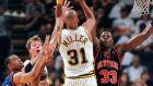 Ο Ρέτζι Μίλερ των Πέισερς σουτάρει μπροστά στον Άλαν Χιούστον (αριστερά) και Κερτ Τόμας των Νικς, με τον Πάτρικ Γιούιν δεξιά, κατά τη διάρκεια του αγώνα των playoffs του NBA στην Ινδιανάπολη, Κυριακή 30 Μαΐου 1999
