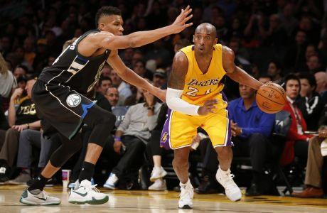 Ο Κόμπε Μπράιαντ των Λος Άντζελες Λέικερς σε στιγμιότυπο με τον Γιάννη Αντετοκούνμπο των Μιλγουόκι Μπακς για την κανονική σεζόν του NBA 2015-2016 στο 'Στέιπλς Σέντερ', Λος Άντζελες, Τρίτη 15 Δεκεμβρίου 2015