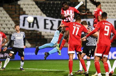 Ο Μπα κερδίζει την αντίπαλη άμυνα στον αέρα και την κακή έξοδο του Πασχαλάκη, ισοφαρίζοντας για τον Ολυμπιακό στο τελικό 1-1 με τον ΠΑΟΚ στην Τούμπα, για την εξ αναβολής 6η αγωνιστική της Super League Interwetten | 13/01/2021 (ΦΩΤΟΓΡΑΦΙΑ: ΑΝΤΩΝΗΣ ΝΙΚΟΛΟΠΟΥΛΟΣ / EUROKINISSI)