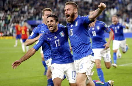 Italy¢s Daniele De Rossi, right, celebrates with teammate Eder after scoring during a World Cup Group G qualifying soccer match between Italy and Spain, at the Juventus Stadium in Turin, Italy, Thursday, Oct. 6, 2016. (AP Photo/Antonio Calanni)