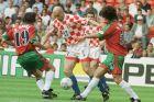 Ο Ίγκορ Πάμιτς της Κροατίας μονομαχεί με τον Πάουλο Σόουζα και τον Φερνάντο Κόουτο της Πορτογαλίας για τη φάση των ομίλων του Euro 1996 στο 'Σίτι Γκράουντ', Νότιγχαμ, Τετάρτη 19 Ιουνίου 1996