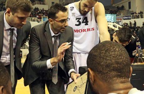Ο Κώστας Χαραλαμπίδης δίνει οδηγίες στους παίκτες του ΠΑΟΚ