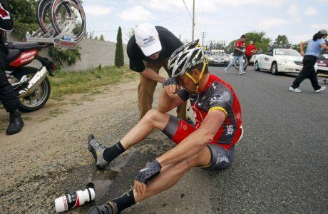 Ο Λανς Άρμστρονγκ έπειτα από πτώση στο 5ο ετάπ του Τουρ της Καλιφόρνια, Βισάλια, Πέμπτη 20 Μαΐου 2010