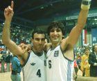 Ο Νίκος Γκάλης και ο Παναγιώτης Γιαννάκης μετά το θρίαμβο της Εθνικής ομάδας στον ημιτελικό του Eurobasket '89
