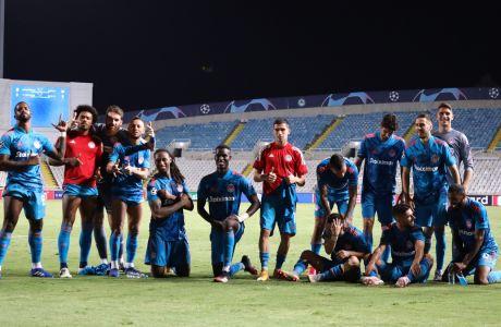 Οι παίκτες του Ολυμπιακού παίζουν με τον φακό στην αναμνηστική φωτογραφία τους για την είσοδο στους ομίλους του Champions League 2020-2021. Οι 'ερυθρόλευκοι' έμειναν στο 0-0 με την Ομόνοια στη ρεβάνς του ΓΣΠ και σε συνδυασμό με το υπέρ τους 2-0 στο Φάληρο, πανηγύρισαν την πρόκριση.