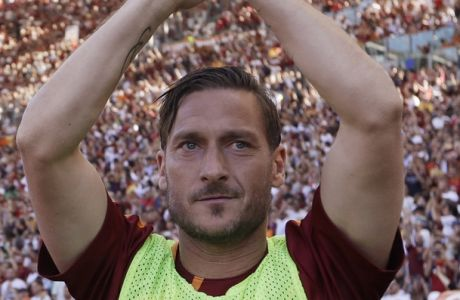 Roma's Francesco Totti salutes his fans prior to an Italian Serie A soccer match between Roma and Genoa at the Olympic stadium in Rome, Sunday, May 28, 2017. Francesco Totti is playing his final match with Roma against Genoa after a 25-season career with his hometown club. (AP Photo/Alessandra Tarantino)