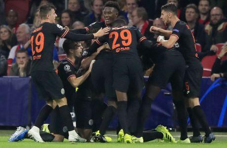 Οι παίκτες της Τσέλσι πανηγυρίζουν το γκολ του Μπατσουαγί στο 86', τέρμα με το οποίο οι Λονδρέζοι επικράτησαν με σκορ 1-0 του Άγιαξ στην 'Johan Cruyff Arena' για την 3η αγ. του Group H για το Champions League 2019-2020 (23/10/2019) - AP Photo/Peter Dejong