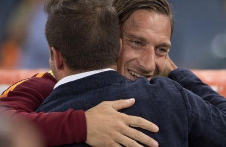 "H αγκαλιά των δύο αρχηγών που συγκίνησε το ""Olimpico"""