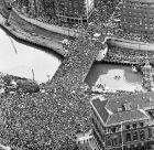 Εκατοντάδες χιλιάδες Βάσκοι στις όχθες του ποταμού Νερβιόν στο Μπιλμπάο, γιορτάζουν την κατάκτηση του νταμπλ τη σεζόν 1983/84.