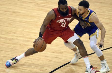 Τζέιμς Χάρντεν και Στέφεν Κάρι στην διάρκεια του Game 6 του δεύτερου γύρου των NBA playoff ανάμεσα σε Χιούστον και Γκόλντεν Στέιτ, στις 10 Μαΐου 2019. (AP Photo/Eric Christian Smith)
