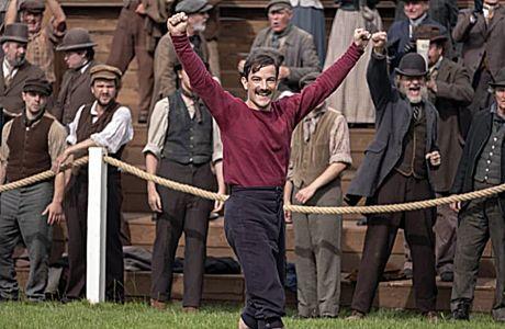 Ο Κέβιν Γκάρθι, ως Φέργκους Σούτερ, πανηγυρίζει το γκολ της Μπλάκμπερν