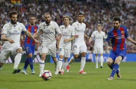 Barcelona's Lionel Messi, right, scores during a Spanish La Liga soccer match between Real Madrid and Barcelona, dubbed 'el clasico', at the Santiago Bernabeu stadium in Madrid, Spain, Sunday, April 23, 2017. (AP Photo/Francisco Seco)