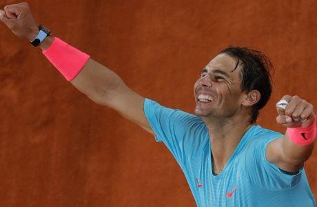 Ο Ράφα Ναδάλ μόλις έχεις κερδίσει τον Νόβακ Τζόκοβιτς (6-0, 6-2, 7-5) στον τελικό του French Open, στο 'Roland Garros stadium' του Παρισίου | 11/10/2020 (AP Photo/Christophe Ena)