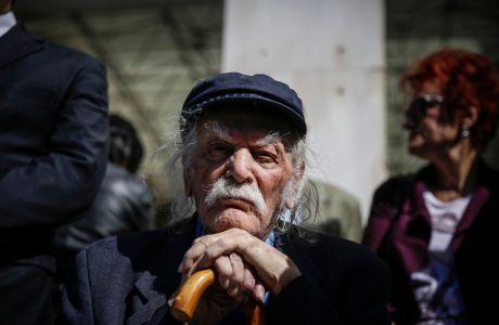 Ο Μανώλης Γλέζος σε συγκέντρωση διαμαρτυρίας έξω από το κτήριο της Γενικής Αστυνομικής Διεύθυνσης Αττικής (ΓΑΔΑ) με αφορμή την κλήση σε απολογία του επικεφαλής της Λαϊκής Ενότητας Παναγιώτη Λαφαζάνη στην Αστυνομία για την δράση του εναντίον των πλειστηριασμών, Τετάρτη 26 Σεπτεμβρίου 2018