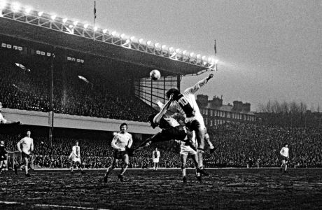 O Πίτερ Στόρεϊ εν δράσει, μπροστά στον Ντικ φαν Ντάικ, στον ημιτελικό του European Fairs Cup, τον Απρίλιο του 1970. Η Άρσεναλ είχε νικήσει 3-0.