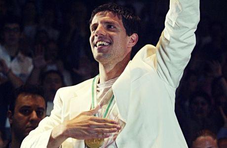 Ο Τάκης Φύσσας στη φιέστα του Παναθηναϊκού για την κατάκτηση του νταμπλ του 2004