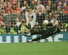 Ο Μπερνάρ Λαμά στη διαδικασία των πέναλτι του προημιτελικού με την Ολλανδία, πιάνει το χτύπημα του Ζέεντορφ