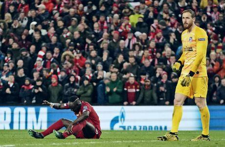 Ο Σαντιό Μανέ της Λίβερπουλ σε στιγμιότυπο με τον Γιαν Όμπλακ της Ατλέτικο Μαδρίτης για τον 2ο αγώνα της φάσης των 16 του Champions League 2019-2020 στο 'Άνφιλντ', Λίβερπουλ, Τετάρτη 11 Μαρτίου 2020