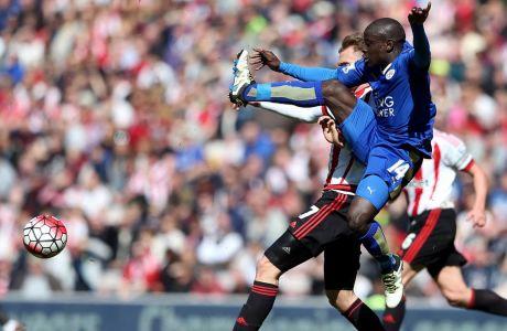 Κίρκχοφ και Καντέ διεκδικούν τη μπάλα σε αναμέτρηση της Σάντερλαντ με τη Λέστερ στην Premier League την σεζόν 2015/16, στο 'Stadium of Light' | 10 Απριλίου 2016 (AP Photo/Scott Heppell)