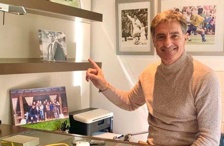 Ο Μίτσελ δείχνει τη φωτογραφία που έχει στο γραφείο του, από το παιχνίδι του Ολυμπιακού με την Μπενφίκα, όταν έβρεχε καταρρακτωδώς στη Λισαβόνα
