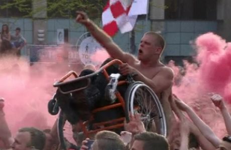 This is football: Ο πανηγυρισμός ανάπηρου οπαδού της PSV