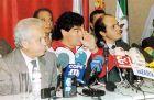 Η επίσημη παρουσίαση του Μαραντόνα από τη Σεβίγια. Αριστερά ο πρόεδρος Λουίς Κουέρβας και δεξιά ο αντιπρόεδρος Χοσέ Μαρία ντελ Νίδο.
