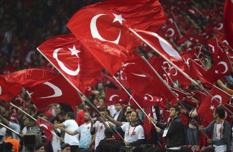 Φίλαθλοι της Τουρκίας σε στιγμιότυπο της αναμέτρηση με την Ισλανδία για τους προκριματικούς ομίλους του Euro 2020 στο 'Ατατούρκ', Κωνσταντινούπολη | Πέμπτη 14 Νοεμβρίου 2019