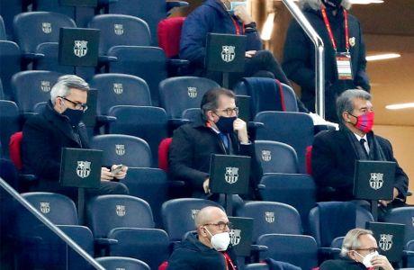 """Οι τρεις υποψήφιοι για την προεδρία της Μπαρτσελόνα στο προεδρικό πάλκο του """"Καμπ Νόου"""" στον επαναληπτικό ημιτελικό του Κυπέλλου με τη Σεβίγια (3/3/2021). Από αριστερά, Βίκτορ Φοντ, Τόνι Φρέισα και Τζουάν Λαπόρτα."""