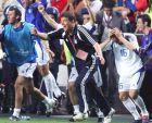Fussball : Euro 2004 in Portugal , Finale / Spiel 31 , Lissabon , 01.07.04 Portugal - Griechenland ( POR - GRE ) 0:1 Trainer Otto REHHAGEL / GRE jubelt nach dem Gewinn der EURO 2004 Foto:BONGARTS/Andreas Rentz