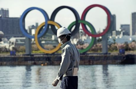 Στο Τόκιο οι εργάτες των Ολυμπιακών Αγώνων δουλεύουν με προστατευτικές μάσκες, ως ασπίδα στον κορονοϊό
