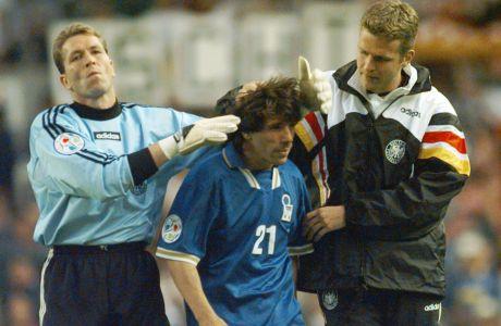 Ο Τζιανφράνκο Τζόλα της Ιταλίας ανάμεσα στον Αντρέας Κέπκε (αριστερά) και στον Όλιβερ Μπίρχοφ (δεξιά) της Γερμανίας έπειτα από την αναμέτρηση για τη φάση των ομίλων του Euro 1996 στο 'Ολντ Τράφορντ', Μάντσεστερ, Τετάρτη 19 Ιουνίου 1996