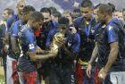 O Σάμιουελ Ουτμιτί φιλάει το τρόπαιο που κατέκτησε η Γαλλία, την ημέρα που πάτησε στην κορυφή του κόσμου (15/7/2018).