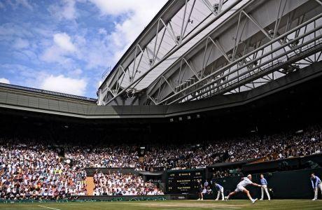 To στιγμιότυπο είναι από τον περυσινό τελικό, μεταξύ του Ρότζερ Φέντερερ και του Νόβακ Τζόκοβιτς. Ο Φέντερερ δήλωσε πως θα επιστρέψει στο Ουίμπλεντον, του χρόνου