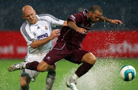 Thomas Gravesen of Spanish club Real Madrid challenges for the ball with Giandmenico Mesto, right, of Italian team Reggina Calcio,  during a friendly  soccer match in Graz Austria, Thursday Aug. 3, 2006. (AP Photo/Markus Leodolter)