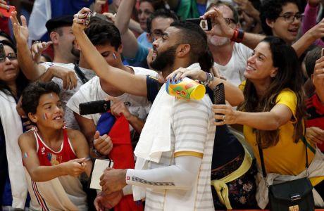 Ο Έρβιν Νγκαπέτ ποζάρει για τους θαυμαστές του στους Ολυμπιακούς Αγώνες του Ρίο ντε Τζανέιρο το 2016. (AP Photo/Matt Rourke)