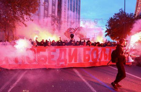 Ολυμπιακός και Ερυθρός Αστέρας ήρθαν αντιμέτωποι στο 'Γ. Καραϊσκάκης' για την τελευταία αγωνιστική των ομίλων του Champions League και οι οπαδοί των δύο ομάδων συγκεντρώθηκαν στο Σύνταγμα πριν κατηφορίσουν στο Φαληρικό γήπεδο (ΦΩΤΟΓΡΑΦΙΑ: ΘΑΝΑΣΗΣ ΔΗΜΟΠΟΥΛΟΣ / EUROKINISSI)